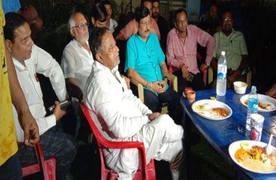 Bidhannagar mayor Sabyasachi Dutta seen with Mukul Roy after Trinamool clips powers