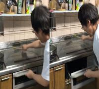 Watch VIDEO: This woman tries to frighten cockroach with impressive beat of chopstick