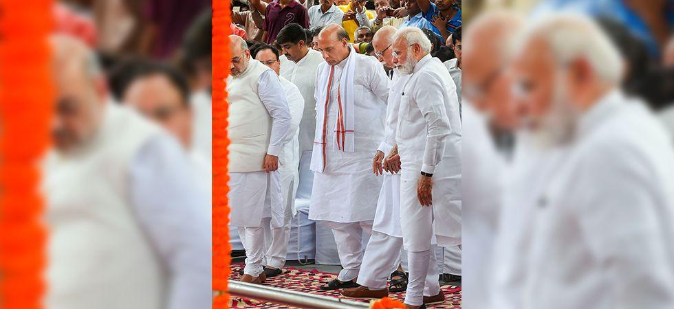PM Narendra Modi walks hand in hand with LK Advani (PTI)