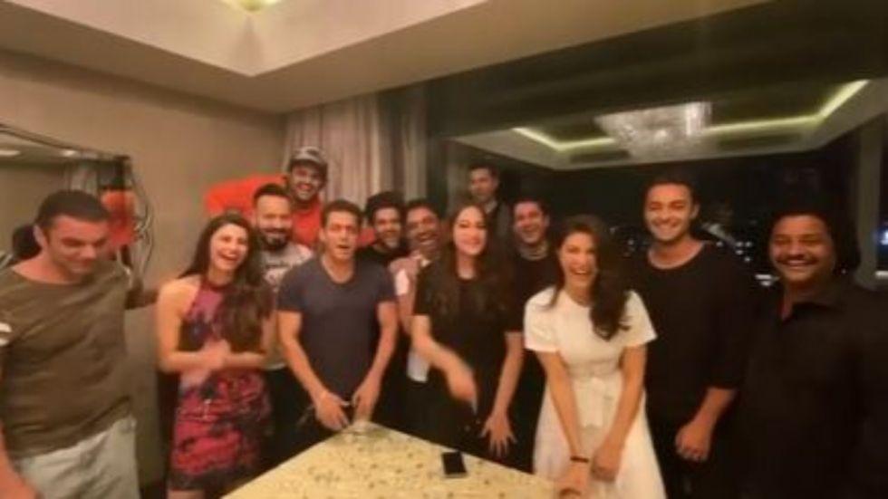 Salman Khan Sings Happy Birthday Song For Shah Rukh Khan.