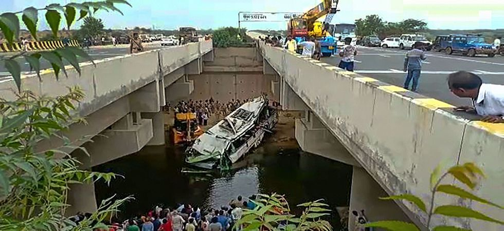 Bus accident near Yamuna Expressway in Agra (Photo Source: News Nation)