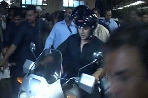 Akshay Kumar, Imran Khan go on a bike ride