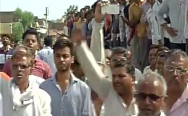 Mandsaur farmers' protests: Agitation turns violent, vehicles torched, District Magistrate heckled