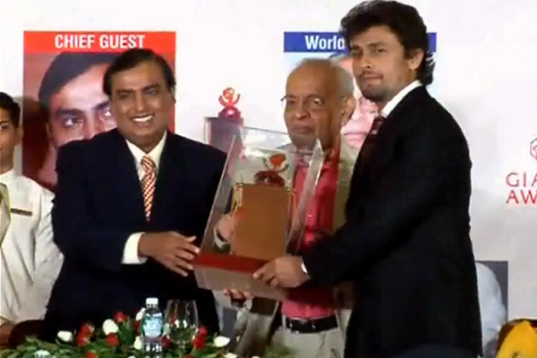 Aishwarya Rai Bachchan, Sonu Nigam honoured with Giants award