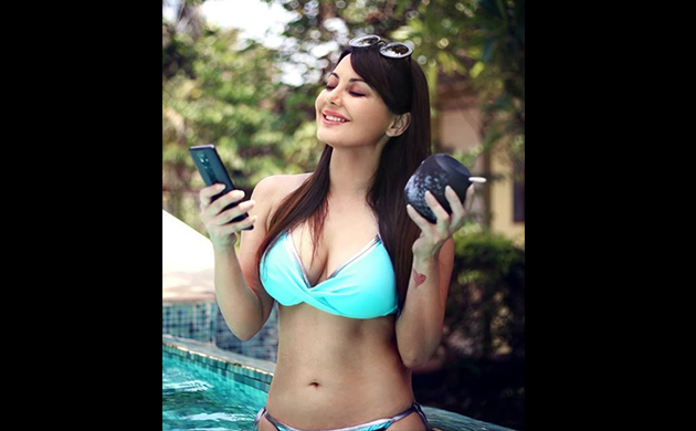 Minissha Lamba's HOT bikini pictures will make your jaw drop!