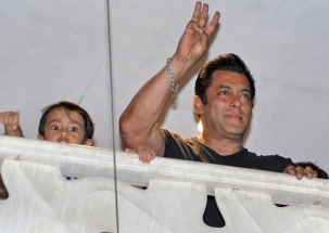 Salman Khan receives rousing welcome from his fans as he arrives at 'Galaxy'