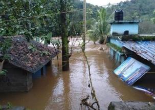 Kerala Floods: Man saves a drowning child in Idukki