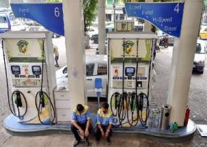 Mumbai: Fuel prices hit record high