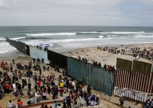 Khabar Cut2Cut: US closes border with Mexico as thousands of migrants' approach cross-border fencing