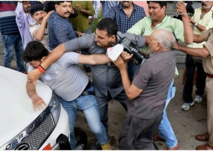 Bouncers of Tej Pratap Yadav brutally thrash journalist in Patna