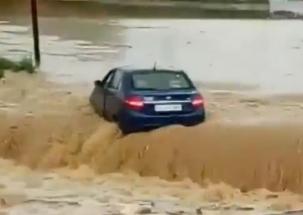 Car washed away by flash flood in Chhattisgarh
