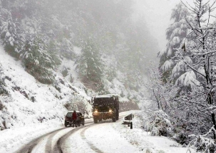 Heavy snowfall hits normal life in Himalayan states