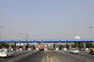 Nation View: Car riders cause chaos at Ghaziabad's Dasna toll tax plaza