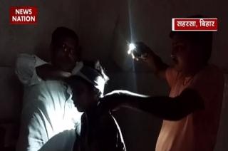 Doctors at Bihar hospital conduct treatment in torchlight