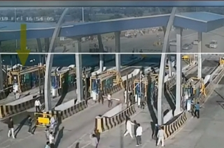 Villagers with lathis attack toll plaza in Indore, threaten and abuse staffs