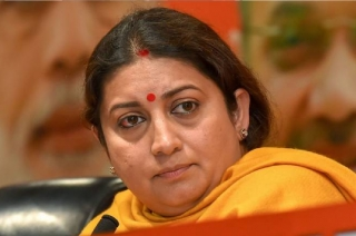 Smriti Irani lends a shoulder to body of her close aide Surendra Singh