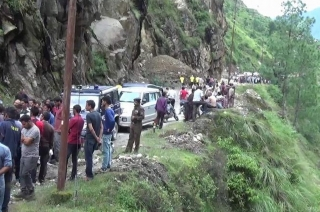 Vehicle falls into gorge after heavy rains, landslide in Kullu