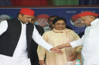 Arch-rivals for 24 years, Mulayam Singh Yadav, Mayawati share dais