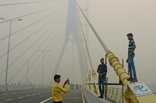 Delhites risk lives to click selfie at Signature Bridge